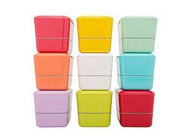 BENTO BOX pprihaja v 20 različnih trendovskih barvav. Vse so ročno obarvane pod rokami japonskih obrtnikov – od tu dobijo bento posodice tako živahen sijaj.